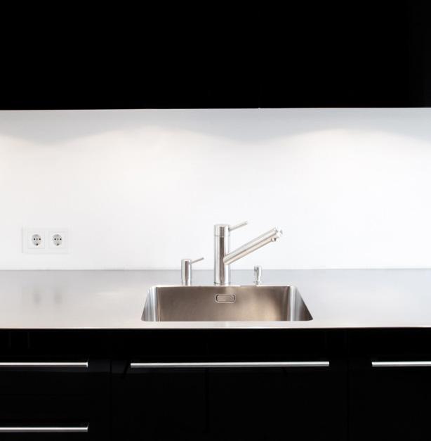 Küche mit schwarzer Glasfront