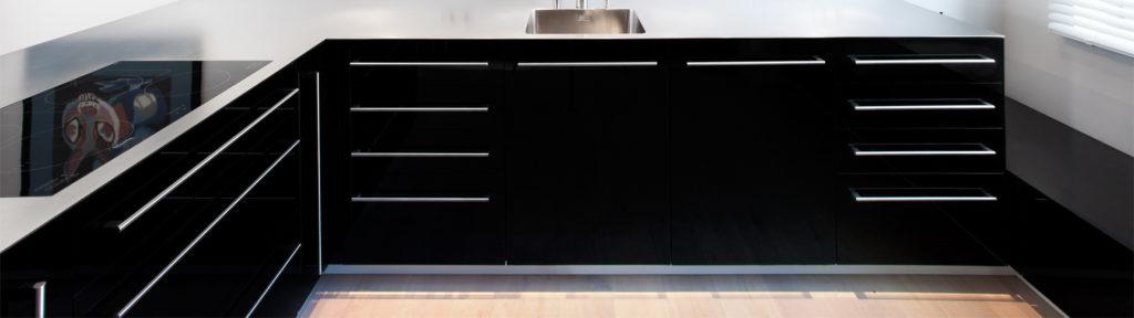 Schwarze Glasfront, geschreinerte Küche