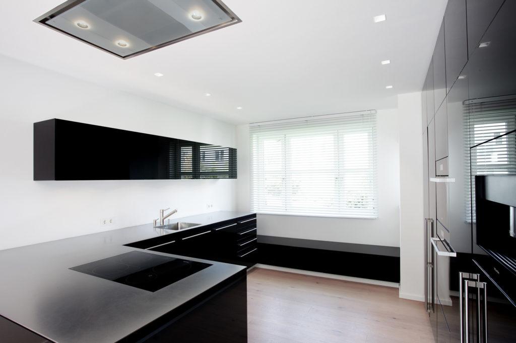 Küche mit schwarzer Glasfront vom Schreiner