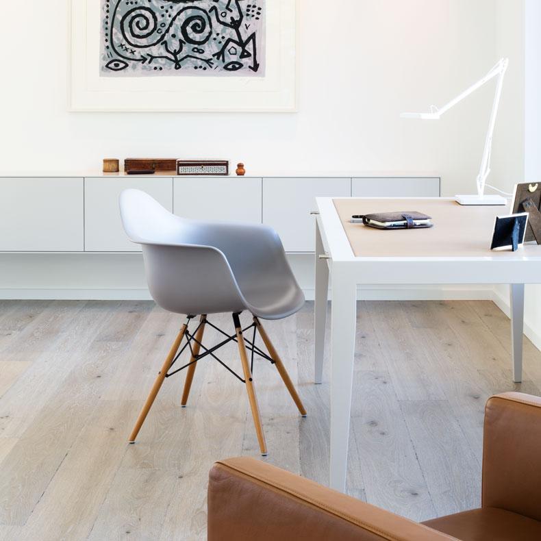 Schreibtisch mit Ledereinlage und Sideboard